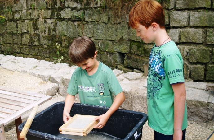 http://www.rucni-papirna.cz/wp-content/uploads/2013/08/Papyrea-paper-mill_Dílničky1.jpg
